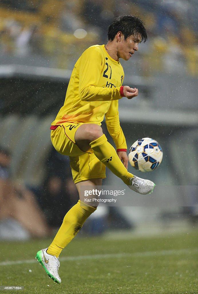 Kim Changsoo of Kashiwa Reysol in action during the AFC Champions League play-off match between Kashiwa Reysol and Chonburi FC at Hitachi Kashiwa Soccer Stadium on February 17, 2015 in Kashiwa, Chiba, Japan.