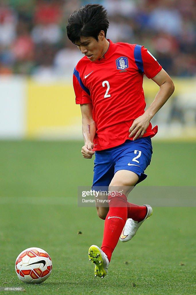 Kim Changsoo of Korea Republic kicks the ball during the 2015 Asian Cup match between Korea Republic and Uzbekistan at AAMI Park on January 22, 2015 in Melbourne, Australia.
