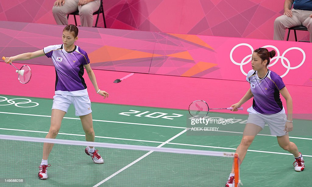 Kim Ha Na (L) and Jung Kyung Eun of South Korea play a shot during women's double badminton match against Wang Xiaoli and Yu Yang during the London 2012 Olympic Games in London on July 31, 2012. South Korean won the match 21-14, 21-11. AFP PHOTO / ADEK BERRY
