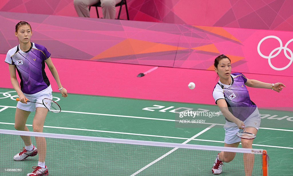 Kim Ha Na (L) and Jung Kyung Eun of South Korea play a shot during women's doubles badminton match against Wang Xiaoli and Yu Yang at the London 2012 Olympic Games in London on July 31, 2012. South Korean won the match 21-14, 21-11.