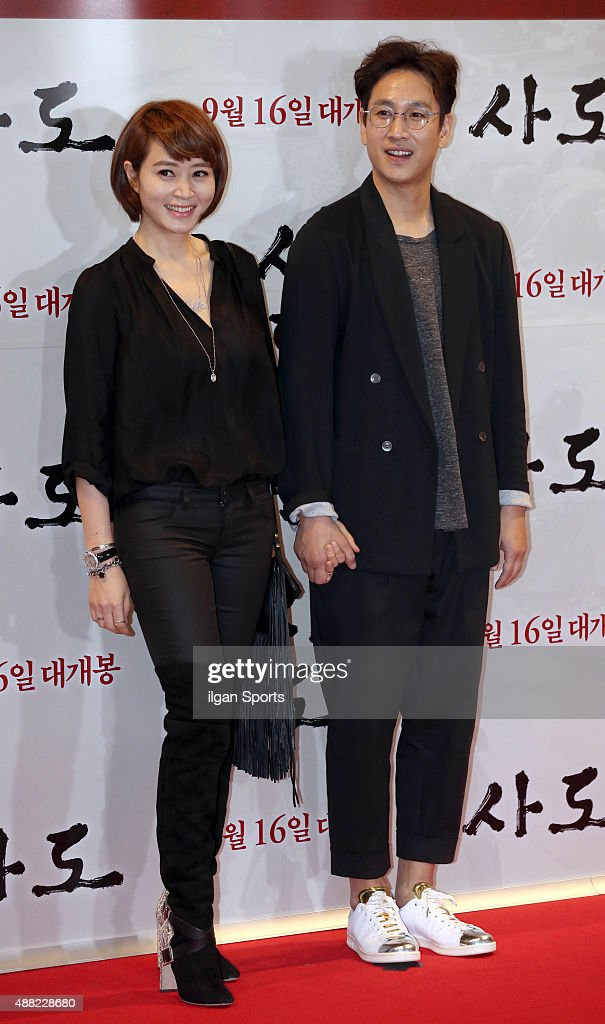 <a gi-track='captionPersonalityLinkClicked' href=/galleries/search?phrase=Kim+Hye-Soo&family=editorial&specificpeople=4335641 ng-click='$event.stopPropagation()'>Kim Hye-Soo</a> and <a gi-track='captionPersonalityLinkClicked' href=/galleries/search?phrase=Lee+Sun-Kyun&family=editorial&specificpeople=4682222 ng-click='$event.stopPropagation()'>Lee Sun-Kyun</a> pose for photographs during the movie 'The Throne' VIP premiere at Megabox on September 8, 2015 in Seoul, South Korea.