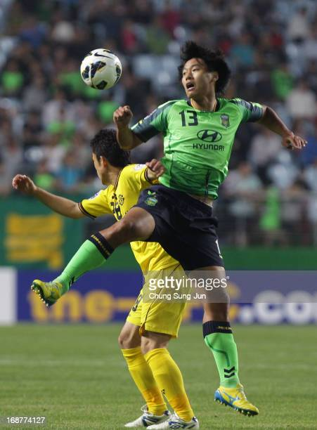 Kim JaeHoan of Jeonbuk Hyundai Motors in action with Ryoichi Kurisawa of Kashiwa Reysol during the AFC Champions League round of 16 match between...
