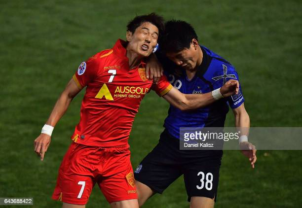 Kim JaeSung of United competes for the ball with Doan Ritsu of Gamba Osaka during the AFC Asian Champions League match between Adelaide United and...