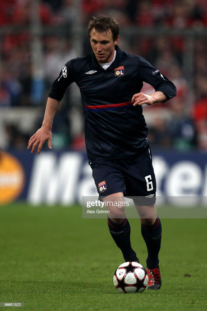 Kim Kaellstroem of Lyon runs with the ball during the UEFA Champions League semi final first leg match between FC Bayern Muenchen and Olympic Lyon at Allianz Arena on April 21, 2010 in Munich, Germany.