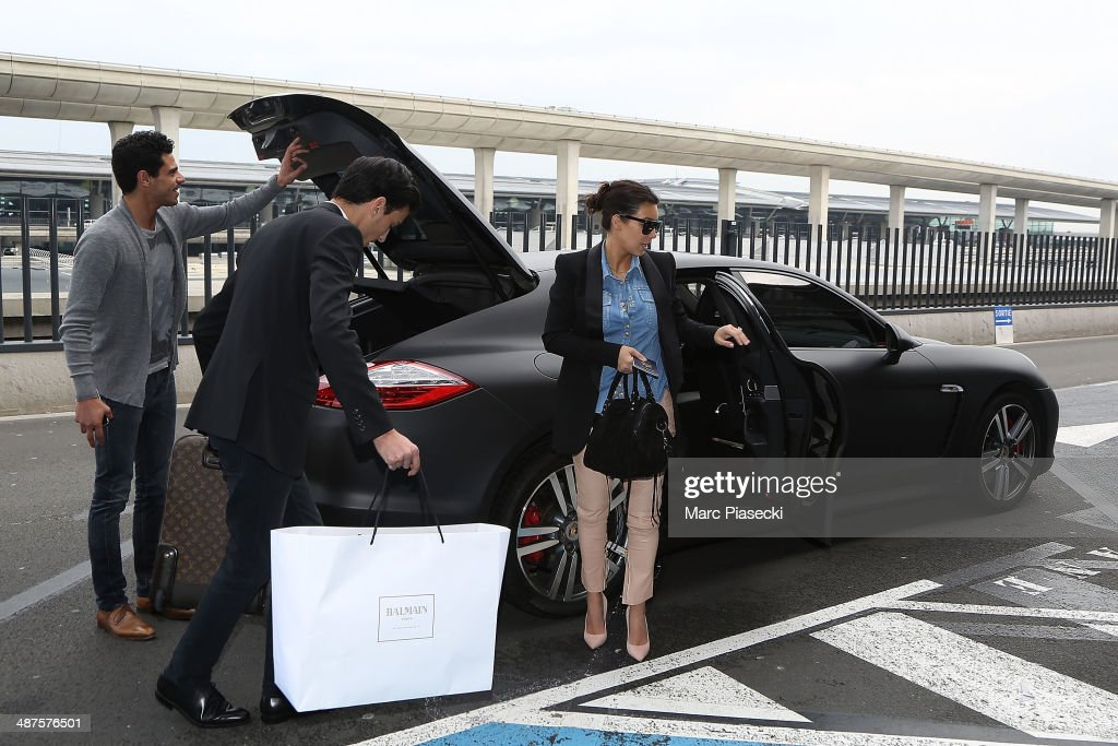Kim Kardashian arrives at the 'Charles-de-Gaulle' airport next to Gary Madar (C) on May 1, 2014 in Paris, France.