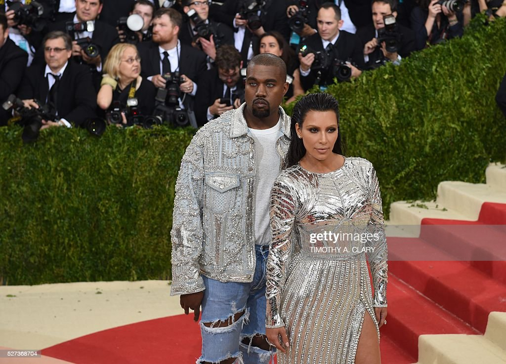 Kim Kardashian Kanye West arrive for the Costume Institute Benefit at the Metropolitan Museum of Art on May 2, 2016 in New York. / AFP / TIMOTHY