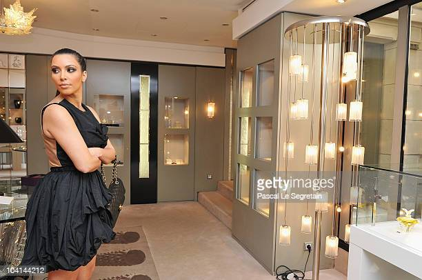ACCESS*** Kim Kardashian poses in the Lalique boutique on September 16 2010 in Paris France