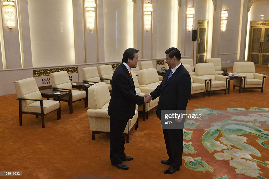 Kim Moo-sung (L), special envoy sent by South Korean President-elect Park Geun-hye, shakes hands with Chinese Vice President Xi Jinping during their meeting at the Great Hall of the People in Beijing on January 23, 2013.