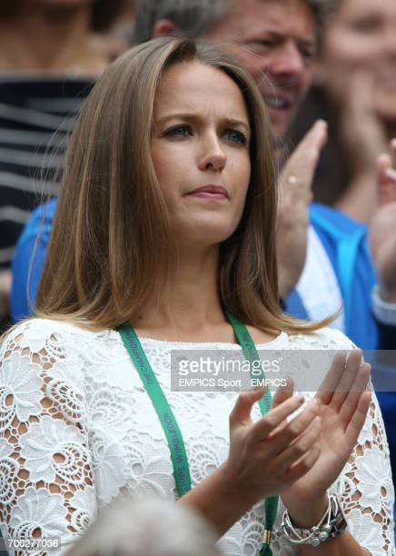 Kim Sears applauds her boyfriend Great Britain's Andy Murray before his match against Belgium's David Goffin