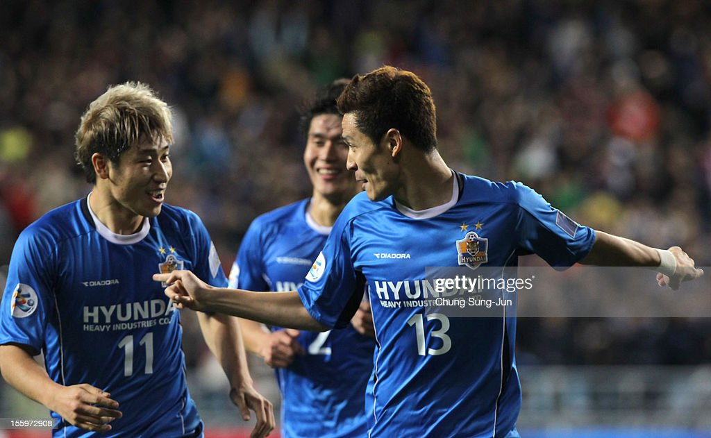 Kim Seung-Yong (R) of Ulsan Hyundai celebrates after score with his team mate <a gi-track='captionPersonalityLinkClicked' href=/galleries/search?phrase=Lee+Keun-Ho&family=editorial&specificpeople=4435767 ng-click='$event.stopPropagation()'>Lee Keun-Ho</a> during the AFC Champions League final between Ulsan Hyundai and Al Ahli at Ulsan Munsu Football Stadium on November 10, 2012 in Ulsan, South Korea.