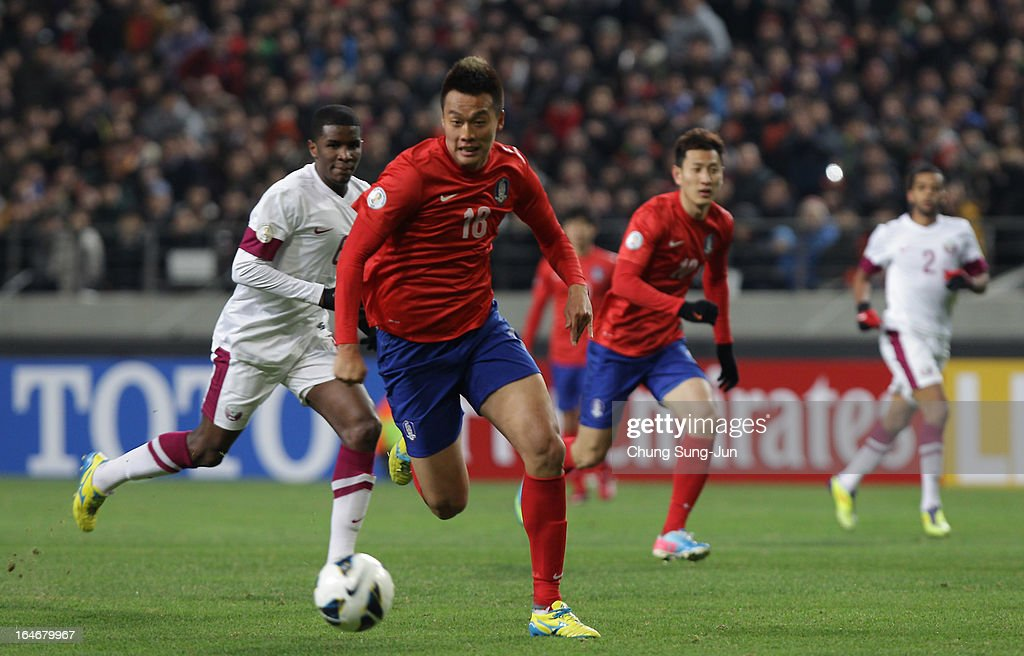 Kim Shin-Wook of South Korea controls the ball during the FIFA World Cup Qualifier match between South Korea and Qatar at Olympic Stadium on March 26, 2013 in Seoul, South Korea.
