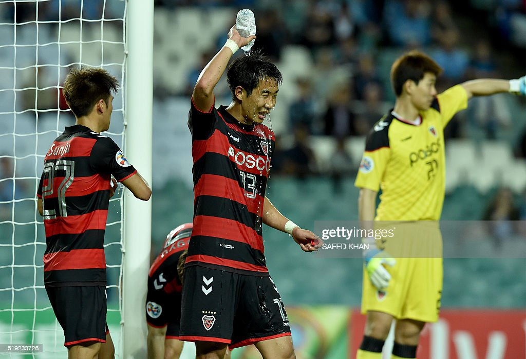 Kim Won Il(C) of South Korea's Pohang Steelers cools himself down with water in the second half of the game against Australia's Sydney FC in their Asian Champions League football match in Sydney on April 5, 2016. / AFP / SAEED