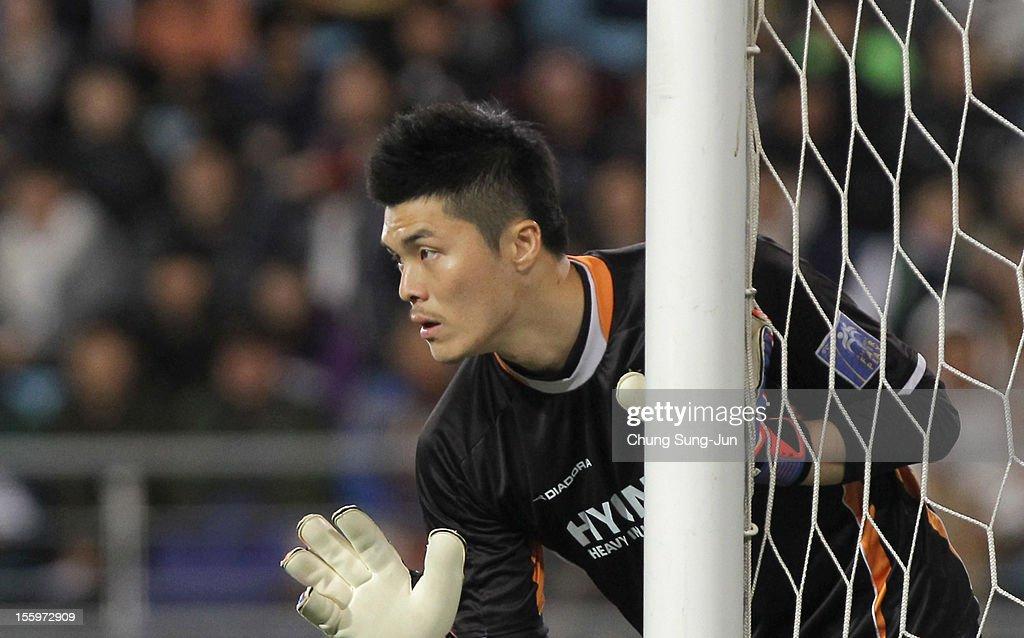 Kim YoungKwang of Ulsan Hyundai in action during the AFC Champions League final between Ulsan Hyundai and Al Ahli at Ulsan Munsu Football Stadium on...