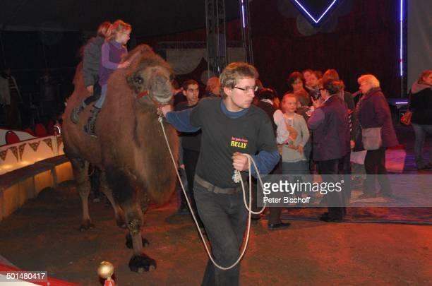 Kinder beim Kamelreiten Show 'Circus Belly' 'Stars of Cinema' Bremen Deutschland Europa Finale Auftritt Manege Circuszelt Zelt Tier Kamel Kostüm...