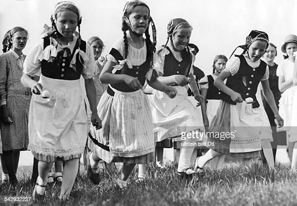 Kinder in Tracht beim EierlaufenMecklenburg 1933Aufnahme Weltrundschau NeudinErschienen in Beilage 'Das Allerletzte' 11/1933 Children in tradtionel...