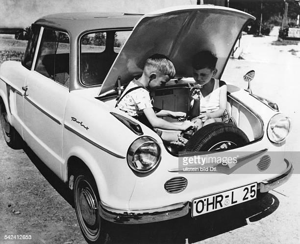 Kinderspielen im Kofferraum einesNSUPrinz um die Grösse zu demonstrieren
