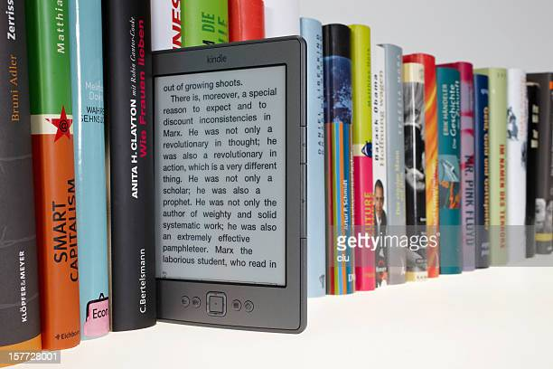 KIndle eBook em pé em uma linha de livros real
