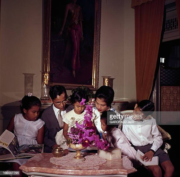 King Bhumibol Adulyadej And Queen Sirikit Sovereigns Of Thailand Thaïlande Bangkok 1961 Le roi BHUMIBOL ADULYADEJ et la reine SIRIKIT La famille...