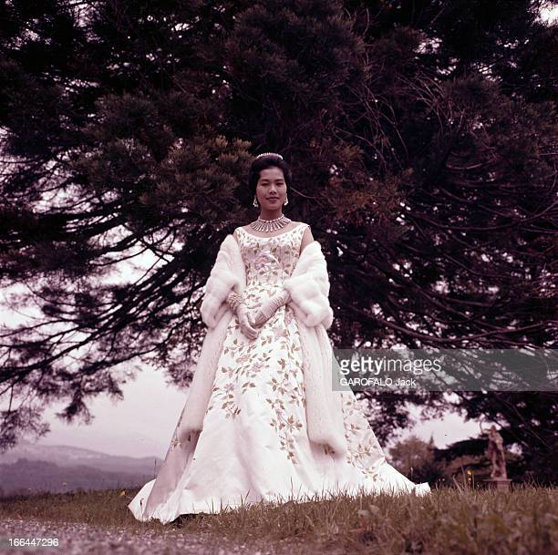 King Bhumibol Adulyadej And Queen Sirikit Sovereigns Of Thailand Thaïlande Bangkok 1961 Le roi BHUMIBOL ADULYADEJ et la reine SIRIKIT Dans le parc du...