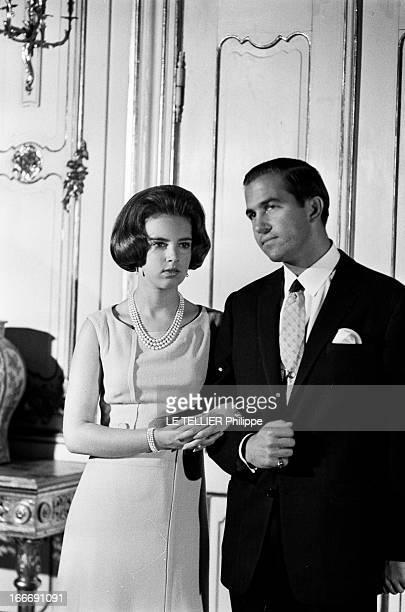 King Constantine Ii Of Greece And Princess AnneMarie Of Denmark Le 9 septembre 1964 la princesse AnneMarie du Danemark tient le bras du roi...