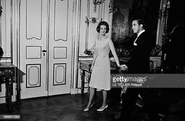 King Constantine Ii Of Greece And Princess AnneMarie Of Denmark Le 9 septembre 1964 la princesse AnneMarie du Danemark tient la main du roi...