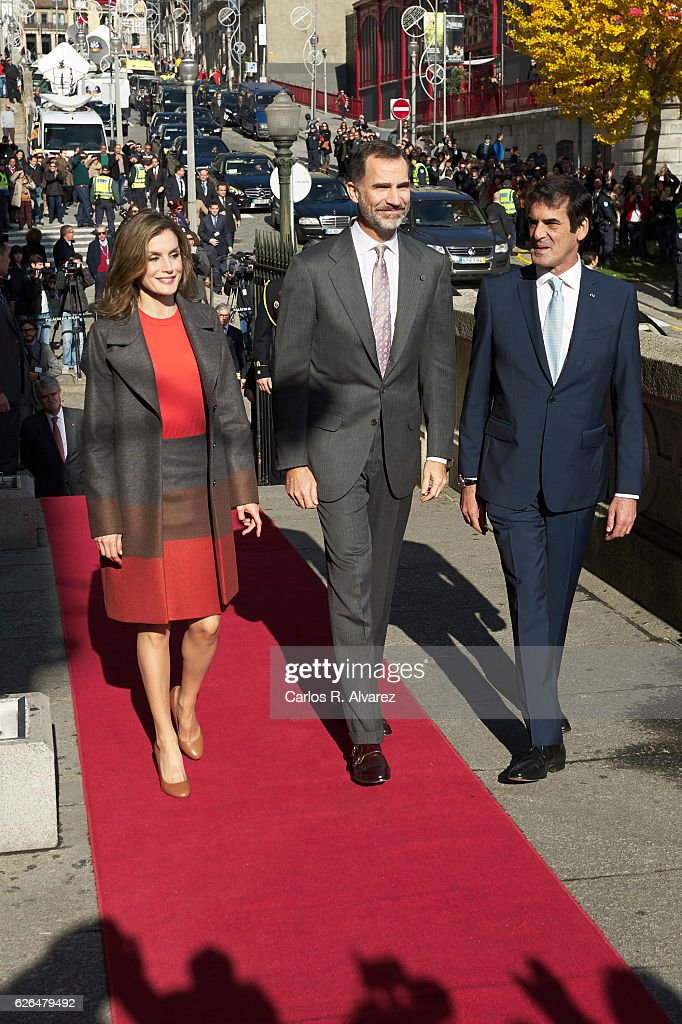 King Felipe of Spain and Queen Letizia of Spain visit the Palacio de la Bolsa during their official visit to Portugal on November 29, 2016 in Porto, Portugal.