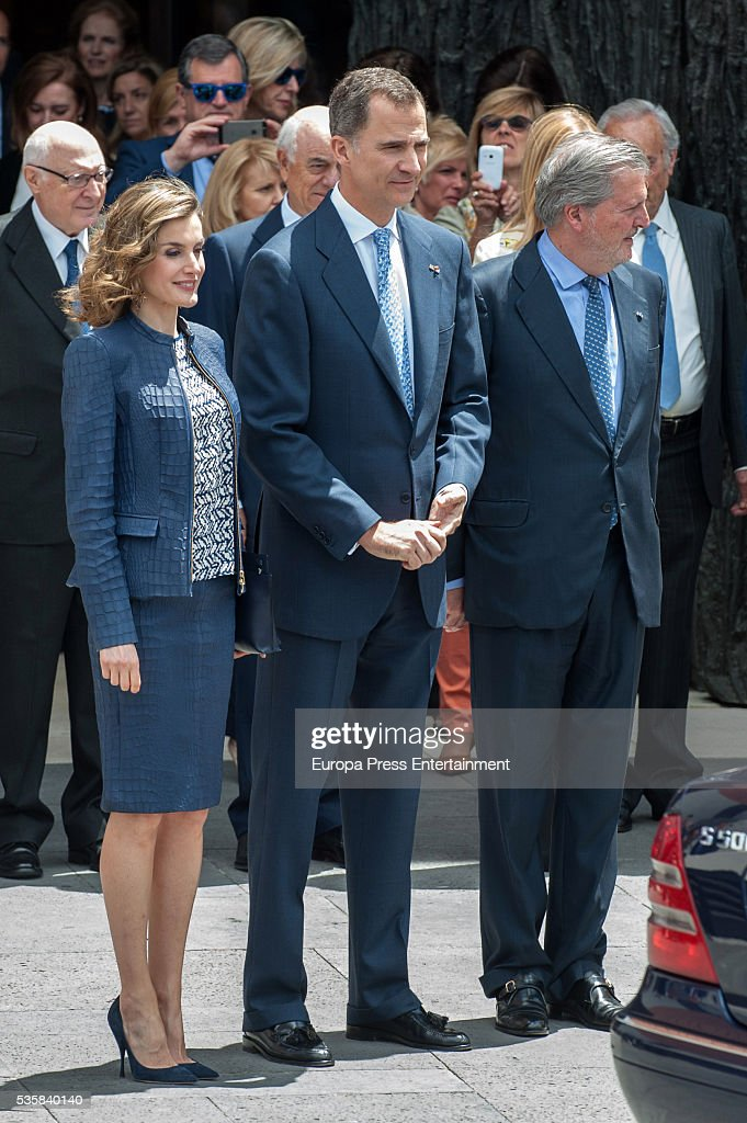King Felipe of Spain (C), Queen <a gi-track='captionPersonalityLinkClicked' href=/galleries/search?phrase=Letizia+of+Spain&family=editorial&specificpeople=158373 ng-click='$event.stopPropagation()'>Letizia of Spain</a> and Inigo Mendez de Vigo attend the opening of the painting exhibition 'The Bosch' at El Prado Museum on May 30, 2016 in Madrid, Spain.