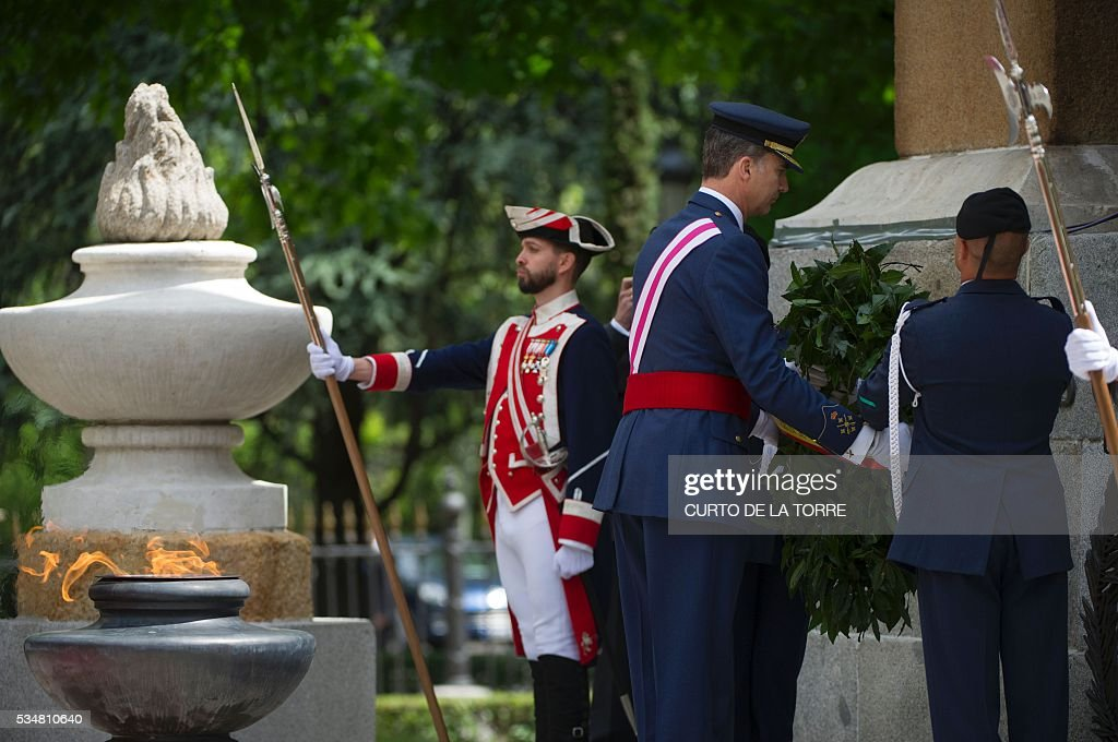 King Felipe VI lays a wreath at the foot of the war memorial on Lealtad Square during the 2016 Armed Forces Day parade in Madrid on May 27, 2016. / AFP /