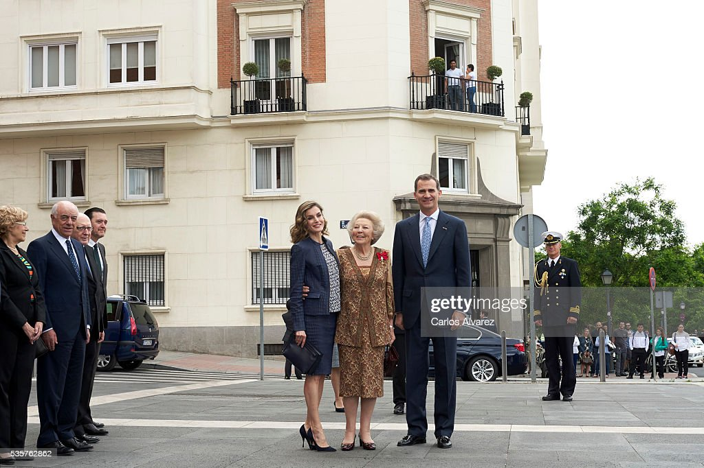 King <a gi-track='captionPersonalityLinkClicked' href=/galleries/search?phrase=Felipe+VI+of+Spain&family=editorial&specificpeople=4881076 ng-click='$event.stopPropagation()'>Felipe VI of Spain</a> (R), Queen <a gi-track='captionPersonalityLinkClicked' href=/galleries/search?phrase=Letizia+of+Spain&family=editorial&specificpeople=158373 ng-click='$event.stopPropagation()'>Letizia of Spain</a> (L) and Princess Beatrice of Holland (C) attend the 'El Bosco' 5th Centenary Anniversary Exhibition at the El Prado Museum on May 27, 2016 in Madrid, Spain.