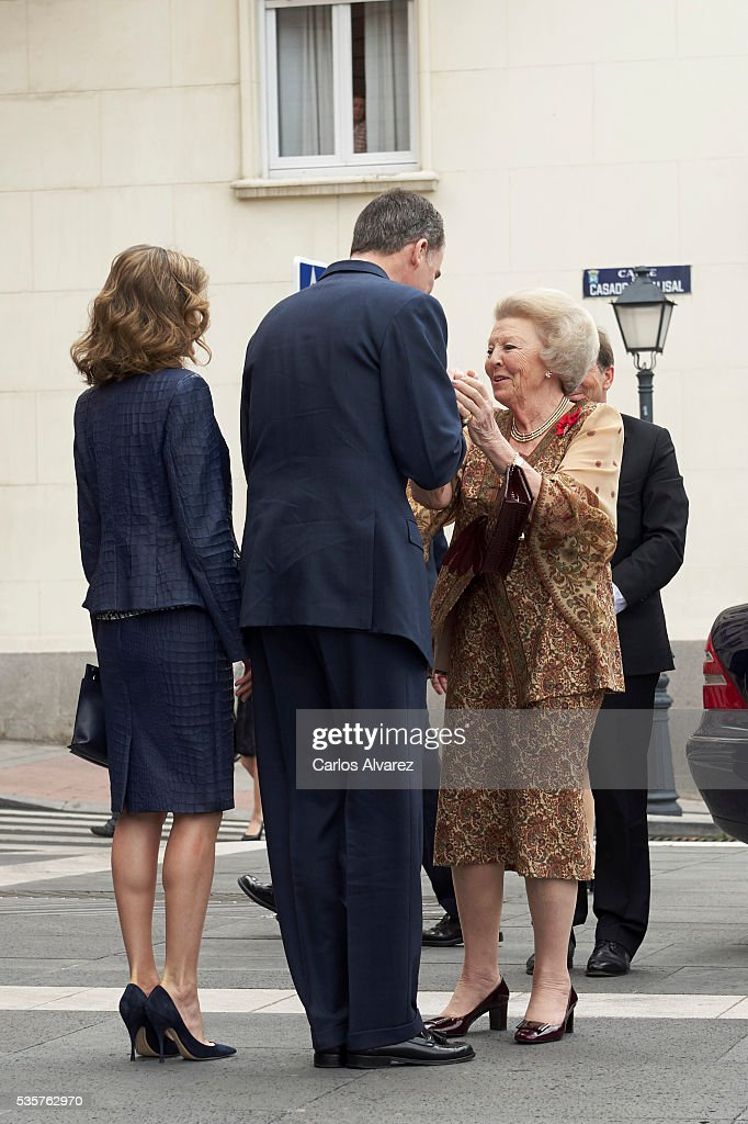 King Felipe VI of Spain (C), Queen Letizia of Spain (L) and Princess Beatrice of Holland (R) attend the 'El Bosco' 5th Centenary Anniversary Exhibition at the El Prado Museum on May 27, 2016 in Madrid, Spain.
