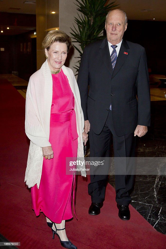 <a gi-track='captionPersonalityLinkClicked' href=/galleries/search?phrase=King+Harald+of+Norway&family=editorial&specificpeople=159451 ng-click='$event.stopPropagation()'>King Harald of Norway</a> and <a gi-track='captionPersonalityLinkClicked' href=/galleries/search?phrase=Queen+Sonja+of+Norway&family=editorial&specificpeople=160334 ng-click='$event.stopPropagation()'>Queen Sonja of Norway</a> Depart the Sheraton Hotel, Ankara for the Presidential Palace, to attend the Official Dinner on day one of their State visit to Turkey on November 5, 2013 in Ankara, Turkey.