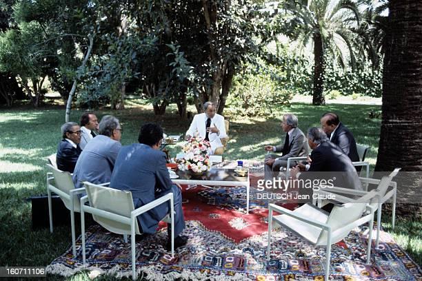 King Hassan Ii Of Morocco In His Palace In Casablanca Au Maroc à Casablanca en aout 1978 le Roi HASSAN II DU MAROC en costume blanc discutant avec...