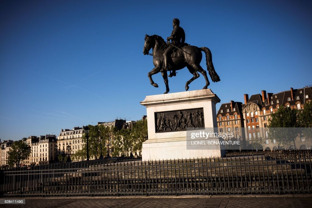 A King Henry IV statue is pictured from a bank of the Seine river, on May 5, 2016 in Paris. / AFP / LIONEL