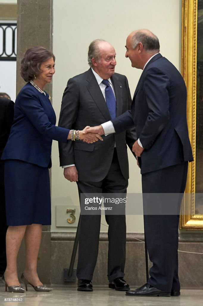 King Juan Carlos (C) and Queen Sofia (L) deliver the Medal of Honor to the Royal Theater at the San Fernando Museum on November 13, 2017 in Madrid, Spain.