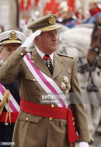 King Juan Carlos I of Spain salutes the troops during the annual 'Pascua Militar' day at the Palacio Real on January 6 2006 in Madrid Spain The day...