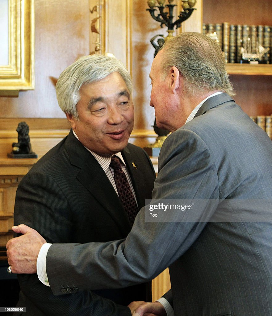 King Juan Carlos of Spain greets Kazakhstan Foreign Minister Erlan Idrissov at Zarzuela palace in Madrid on May 13, 2013.