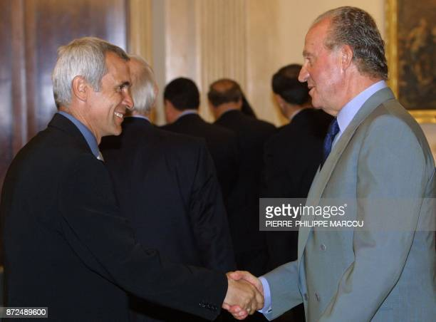 King Juan Carlos of Spain greets Valencia FC Argentinian coach Hector Cuper for winning the 1999 King Cup at the Zarzuela Palace in Madrid 26 April...