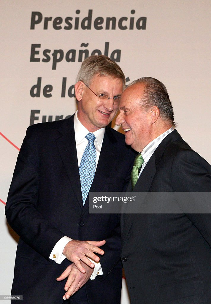 King Juan Carlos of Spain (R) speaks with the Foreign Minister of Sweden <a gi-track='captionPersonalityLinkClicked' href=/galleries/search?phrase=Carl+Bildt&family=editorial&specificpeople=3972090 ng-click='$event.stopPropagation()'>Carl Bildt</a> during the inauguration ceremony for the Spanish Presidency of the European Union at the Royal Theatre on January 8, 2010 in Madrid, Spain.