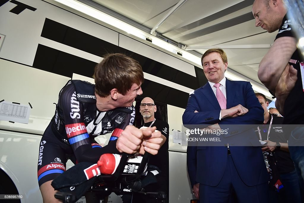 King of the Netherlands Willem Alexander (R) speaks with a rider of the Giant Alpecin team at the start of the Giro d'Italia in Apeldoorn, Netherlands, on May 6, 2016, an individual time trial over 9.8km through Apeldoorn. / AFP / ANP / Koen van Weel / Netherlands OUT