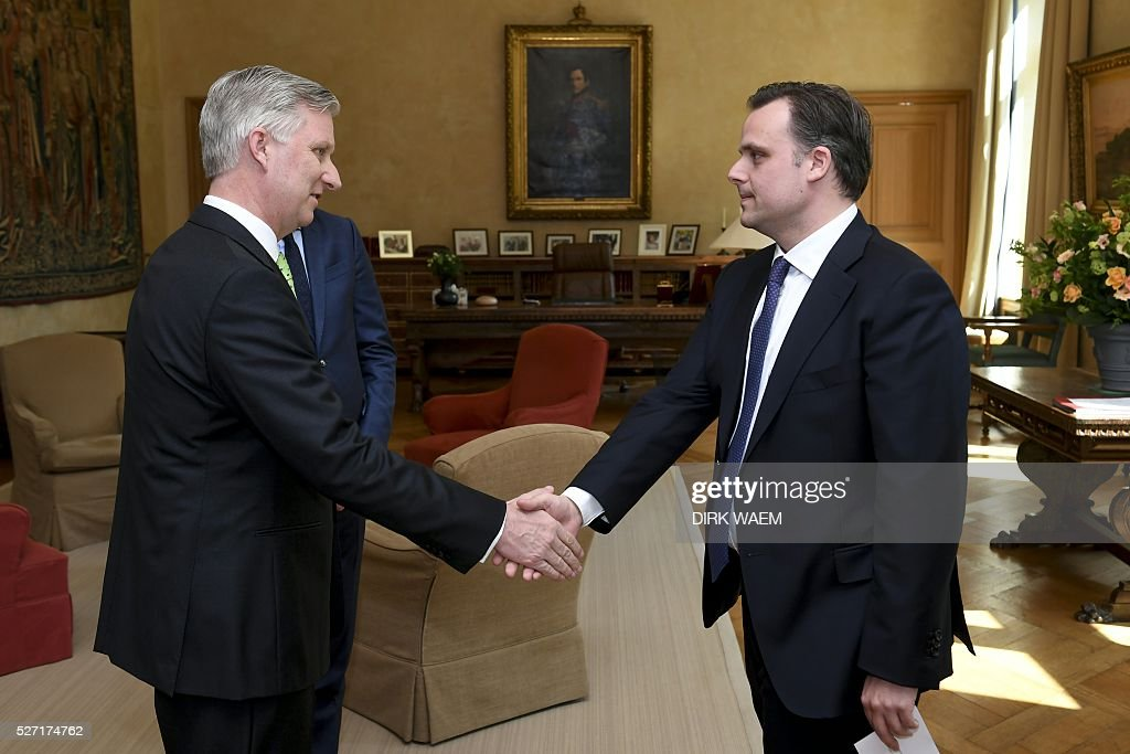 King Philippe - Filip of Belgiu (L) shakes hands with Newly appointed State Secretary for Social Fraud, Privacy and the North Sea Philippe De Backer during the oath ceremony on May 2, 2016, in Brussels. / AFP / Belga / DIRK WAEM / Belgium OUT