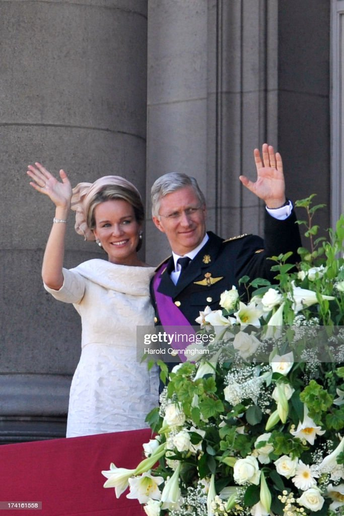 King <a gi-track='captionPersonalityLinkClicked' href=/galleries/search?phrase=Philippe+of+Belgium&family=editorial&specificpeople=160209 ng-click='$event.stopPropagation()'>Philippe of Belgium</a> (R) and Queen Mathilde of Belgium (L) greet the audience at the Royal Palace during the abdication of King Albert II of Belgium, & inauguration of King <a gi-track='captionPersonalityLinkClicked' href=/galleries/search?phrase=Philippe+of+Belgium&family=editorial&specificpeople=160209 ng-click='$event.stopPropagation()'>Philippe of Belgium</a> on July 21, 2013 in Brussels, Belgium.