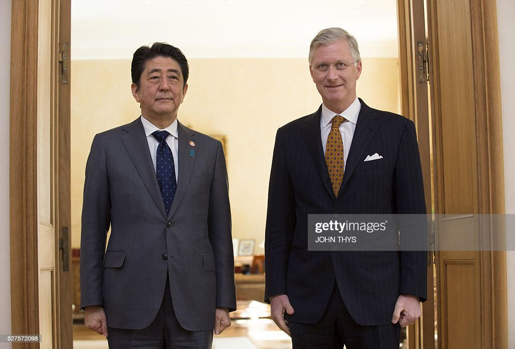 King Philippe of Belgium (R) welcomes Japanese Prime minister Shinzo Abe prior to their meeting on May 3, 2016 in Brussels. / AFP / JOHN