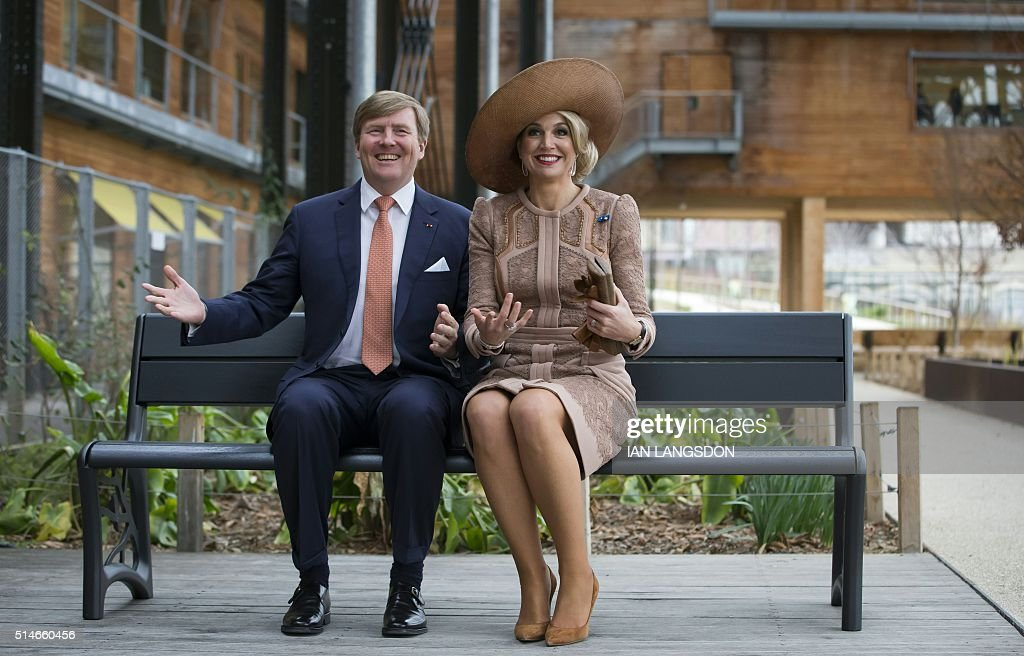 King Willem Alexander (L) and Queen Maxima of the Netherlands sit on a bench which they gifted to a youth association, during their visit the Halle Pajol youth hostel in Paris on March 10, 2016 at the start of their state visit to France. / AFP / POOL