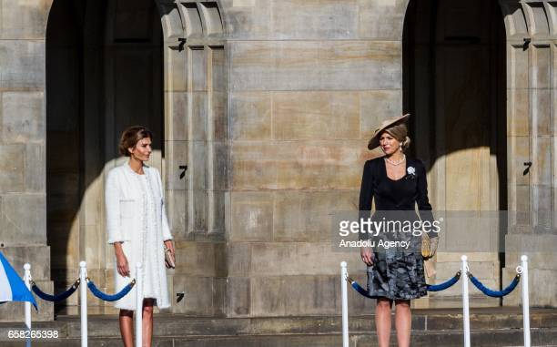 King WillemAlexander of The Netherlands and Dutch Queen Maxima welcome Argentina's President Mauricio Macri and his wife Juliana Awada with an...