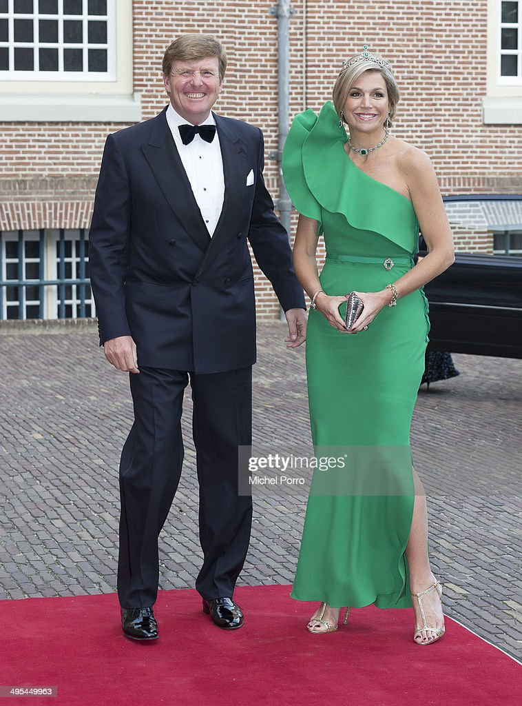 <a gi-track='captionPersonalityLinkClicked' href=/galleries/search?phrase=King+Willem-Alexander&family=editorial&specificpeople=160214 ng-click='$event.stopPropagation()'>King Willem-Alexander</a> of The Netherlands and Queen Maxima of The Netherlands arrive at the Loo Royal Palace for dinner on June 3, 2014 in Apeldoorn, Netherlands.