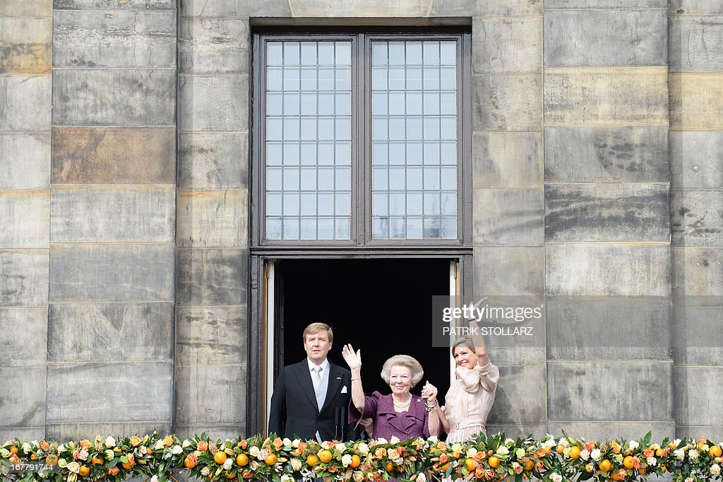 King Willem-Alexander of the Netherlands, his mother Princess Beatrix of the Netherlands (C) and wife Queen Maxima greet the crowd on April 30, 2013 gathered on Dam Square from the balcony of the Royal Palace in Amsterdam, following the official abdication ceremony. AFP PHOTO / PATRIK STOLLARZ