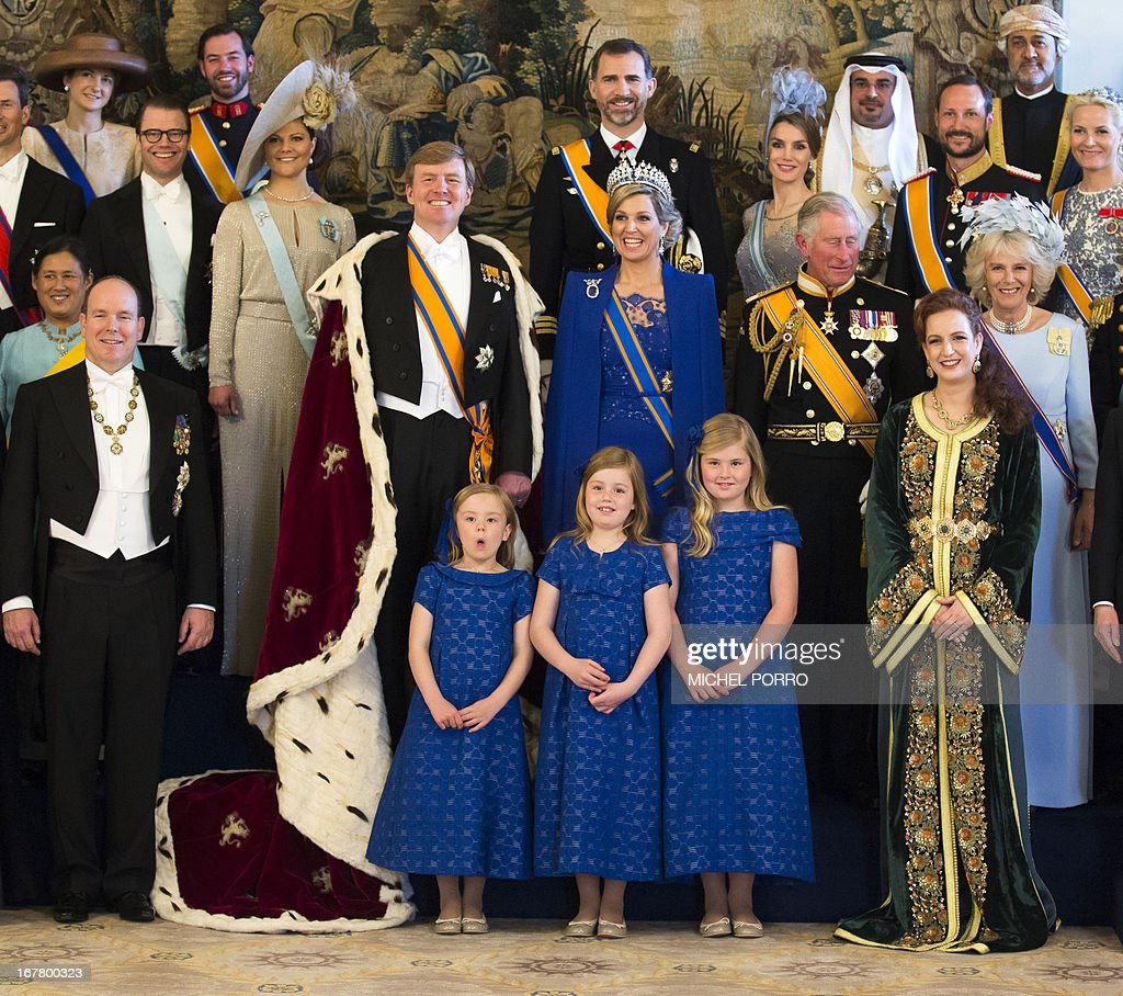 King Willem-Alexander of the Netherlands (C, L), his wife Queen Maxima (C, R) and children pose for a photo with members of the royal household, heads of state and government and special guests at the Royal Palace in Amsterdam on April 30, 2013. AFP PHOTO / POOL/MICHEL PORRO
