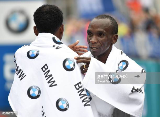 Kipchoge Eluid of Kenia celebrates winning the Berlin marathon on September 24 2017 in Berlin Germany