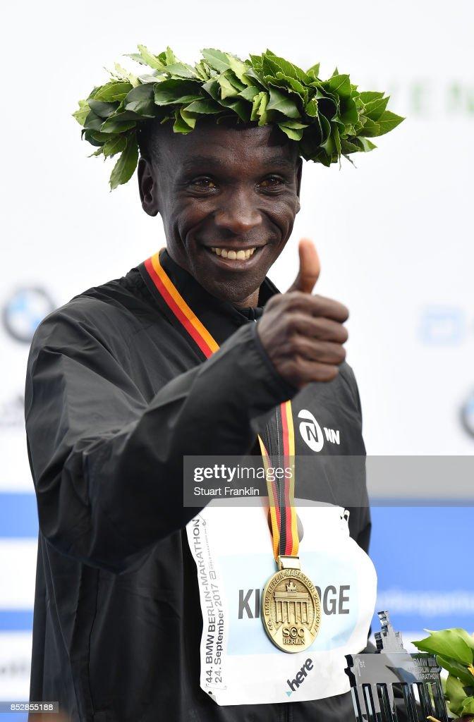 Kipchoge Eluid of Kenia celebrates winning the Berlin marathon on September 24, 2017 in Berlin, Germany.