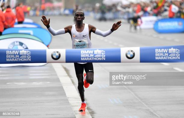 Kipchoge Eluid of Kenia crosses the finishing line to win the Berlin marathon on September 24 2017 in Berlin Germany